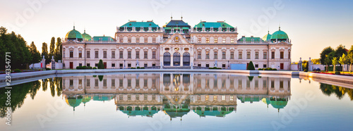 Canvas Print Belvedere in Vienna water reflection view at sunset