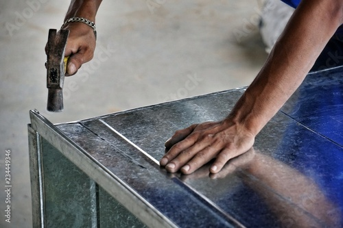 Fotografía Technicians are assembling air duct for air conditioning and ventilation systems