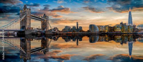 Die Skyline von London: von der Tower Bridge bis zum Tower nach Sonnenuntergang mit Reflektionen in der Themse