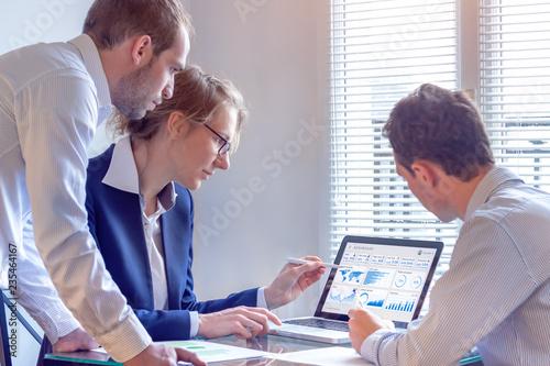 Fotografia Digital marketing analyst people working on internet advertisement campaign anal