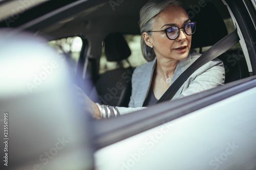 Fotografia Senior woman driving a car in the city