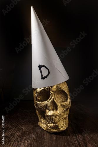 Obraz na plátne Gold Skull Dunce Hat