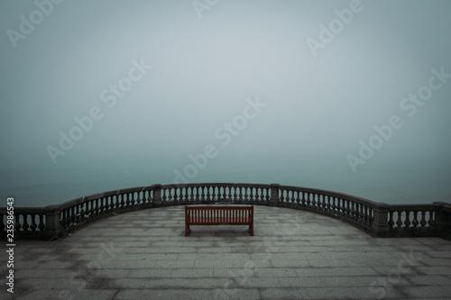 Banco en la niebla junto al mar, Donostia, Gipuzkoa Fotobehang