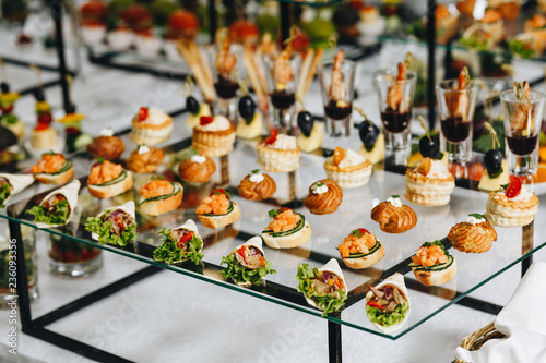 Fotografia Delicious canapes as event dish in luxary restaurant.