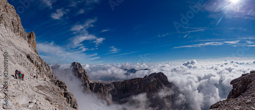 Photo Mountaineers equipped face the Bocchette Alte ferrata in the Brenta group on t