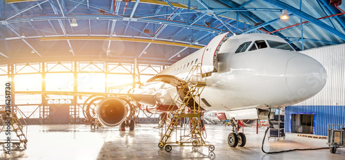 Fotografia Maintenance and repair of aircraft in the aviation hangar of the airport, view of a wide panorama