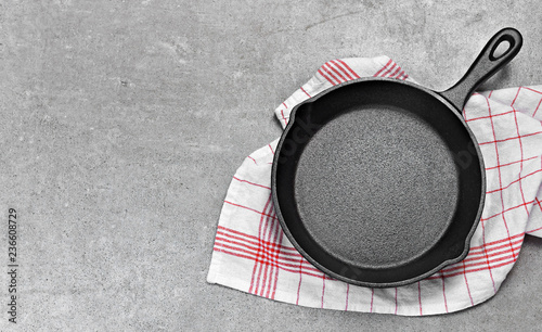 Fotografie, Obraz Cast iron pan on a grunge concrete background with copy space