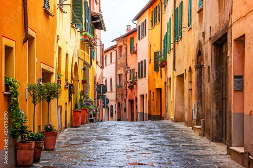Fotografia Beautiful alley in Tuscany, Old town Montepulciano, Italy