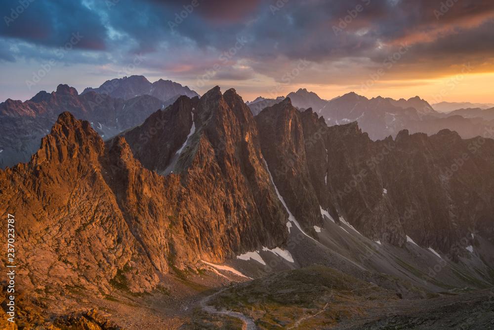 Zachód słońca widoczny z Lodowej Przełęczy ,Wysokie Tatry. - obrazy, fototapety, plakaty