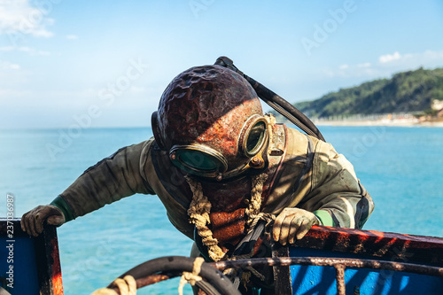 Photo a diver in old equipment plunges into the sea