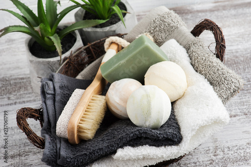 Canvastavla Folded towels in bascket with bath bombs