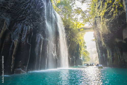 Fotografia Waterfall and boat at Takachiho Gorge in Takachiho, Miyazaki, Kyushu, Japan