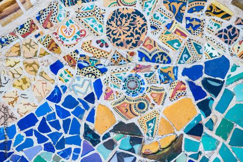 Tablou Canvas Carrelage mosaïque au parc Güell Barcelone, arrière plan coloré