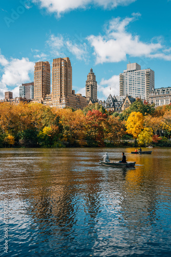 Tableau sur Toile Buildings in the Upper West Side and autumn color along The Lake, in Manhattan,