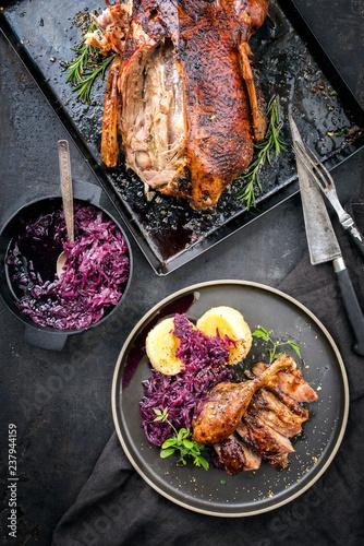 Traditionelle gebratene Weihnachts Ente mit  Kartoffel Knödel und Blaukraut als Draufsicht  auf einem Teller