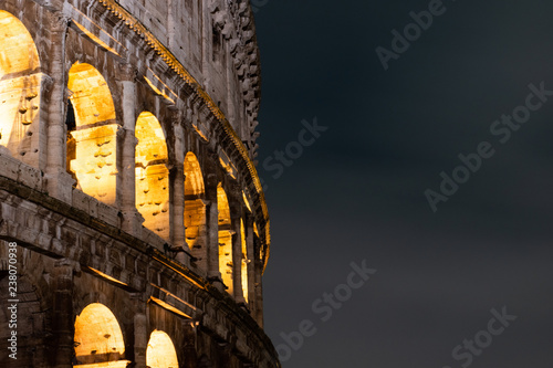 Foto Night images of the exterior of the coloseum, also known as Il Coloseo, in Rome, Italy
