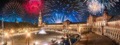 Fototapeta premium Piękne fajerwerki nad placem Hiszpanii o zachodzie słońca, Sewilla