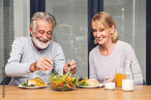 Photo Senior couple enjoy eating  healthy breakfast together in the kitchen