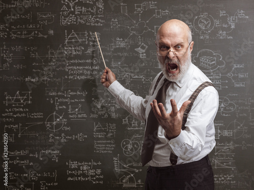 Photo Crazy angry professor yelling and pointing with a stick