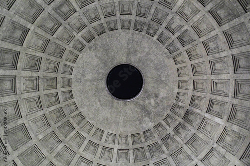 Fotografia Impressive dome of roman pantheon (built in the 2nd century by emperor Hadrian)