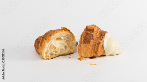 Fotografía sliced croissant with cream filling on a white background