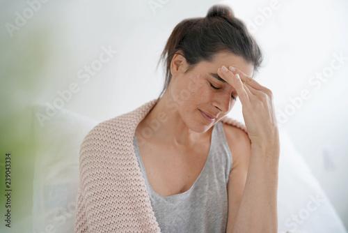 Fotografia Beautiful brunette in bed with bad headache