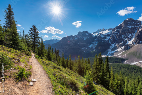 Photo Amazing view of touristic trail in the Rocky Mountains
