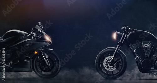 Sportowe i klasyczne czarne motocykle naprzeciw siebie na ciemnym tle z dymem (ilustracja 3D)