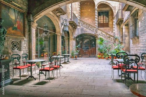 Fotografia Antique Building Courtyard, Gothic District, Barcelona, Spain