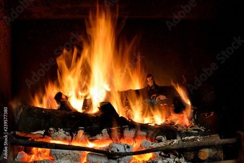 Feu de bois dans une cheminée Fototapet
