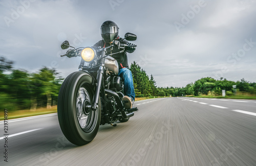 Fototapeta premium motocykl na drodze. zabawy na pustej drodze podczas wycieczki motocyklowej / podróży