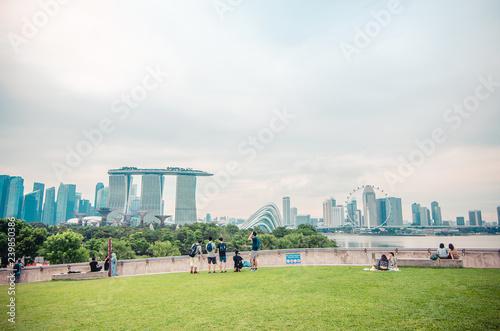 Fototapeta premium Widok z góry na dach Marina Barrage wieczorem. Marina Barrage to miejsce rekreacji, szczególnie popularne na pikniki i puszczanie latawców.