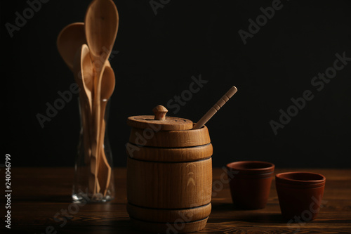 Fotografia мёд свежий сбор стоит на столе