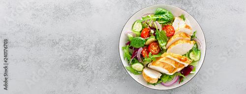 Grillowana pierś z kurczaka, filet i sałata ze świeżych warzyw, sałata, rukola, szpinak, ogórek i pomidor. Zdrowe menu na lunch. Dietetyczne jedzenie. Widok z góry. Transparent