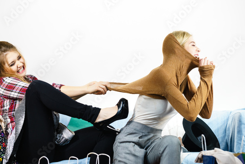 Tableau sur Toile Two women arguing over sweater