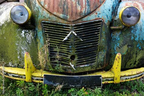 Fotografija Front eines Auto Oldtimer Citroen 2CV grau beige blau schwarz alt grunge zerkrat
