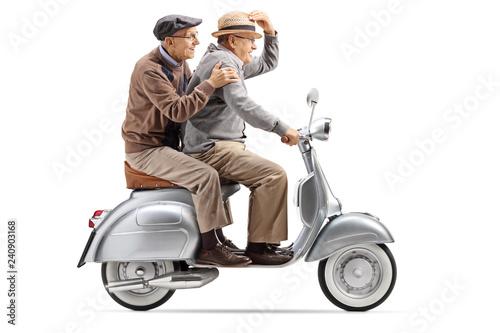 Fototapeta premium Dwóch starszych mężczyzn, jazda szybko skuterem vintage