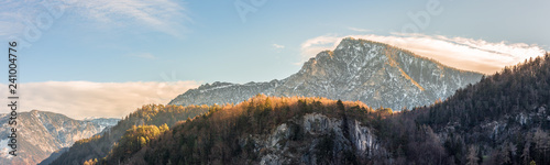Fototapeta premium Piękna krajobrazowa panorama w górach, spadek
