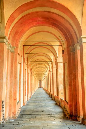 Photo Colonnade of Basilica of San Luca, the longest archway in the world leading to the San Luca Sanctuary of Bologna city in Italy