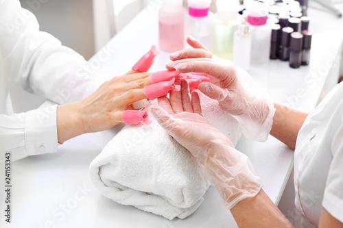 Manicure,zmywanie paznokci.