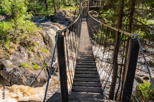 Fototapeta premium Pieniste strumienie wody Rzeka Tahmayoki na wodospadzie Ahinkoski