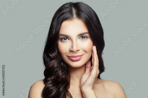 Valokuva Pretty brunette woman with wavy hairstyle