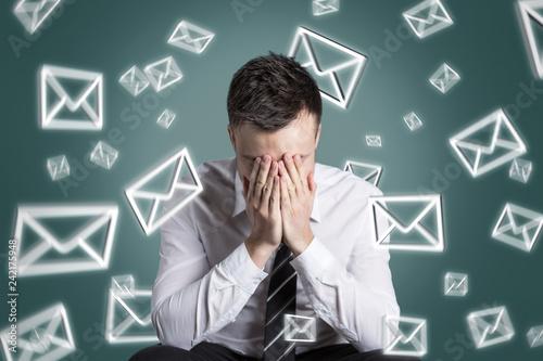 Email Symbole wirbeln um einen überforderten Mann
