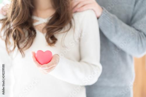 Valokuva couple holding heart symbol