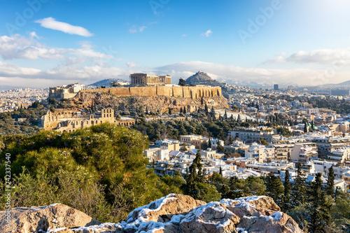 Blick auf die verschneite Akropolis von Athen mit dem Parthenon Tempel an einemsonnigen Wintertag, Griechenland