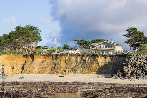 Tablou Canvas Houses on top of eroded cliffs on the Pacific Ocean coastline, Moss Beach, Fitzg