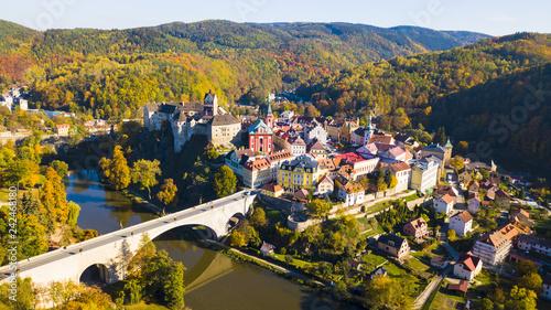 Fotografia Aerial view of medieval town Loket nad Ohri near Karlovy Vary spa in Czech Republic