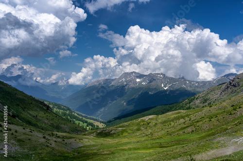 Fototapeta premium Górski krajobraz wzdłuż drogi do Colle dell'Assietta