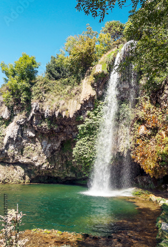 Canvas Print Waterfall in a lake in the south of France on a sunny day