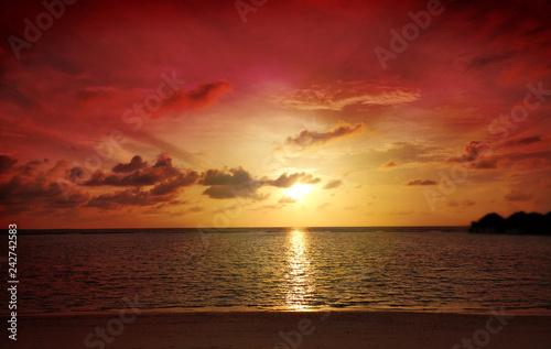 Fototapeta premium Kolorowy ocean plaży zmierzch. Tropikalna Maldives plaża.